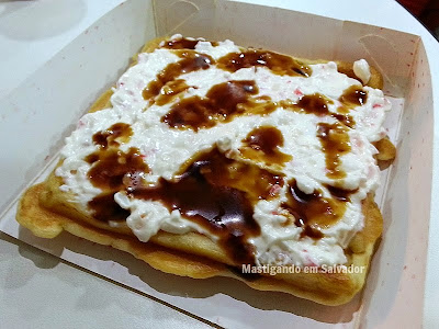 Manneken Fritas e Waffles: Waffle Belga com cobertura de Kani, Cream Cheese e Teriyaki