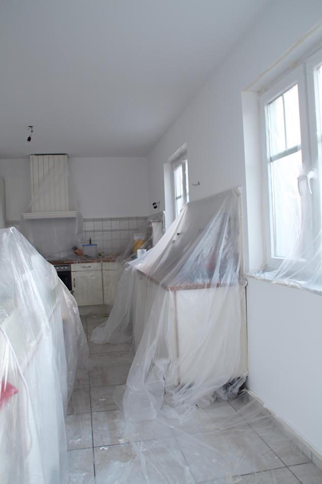 Küche komplett mit Folie abgedeckt, als Vorbereitung zum Streichen