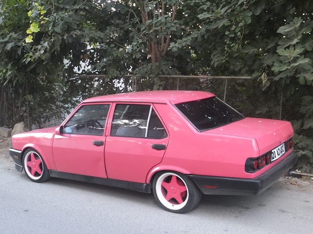 Розовая машина с розовыми дисками
