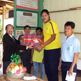 """Malee Duangdee adalah wanita Thailand tertinggi dengan 6'10"""" (208 cm)."""