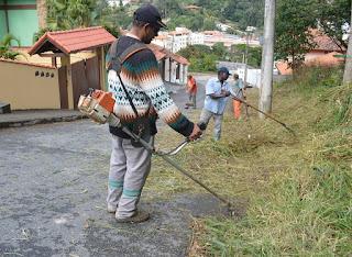 Funcionários limpam as ruas Euclides Cotrim e Luiz José da Silva Jr. no Vale do Paraíso