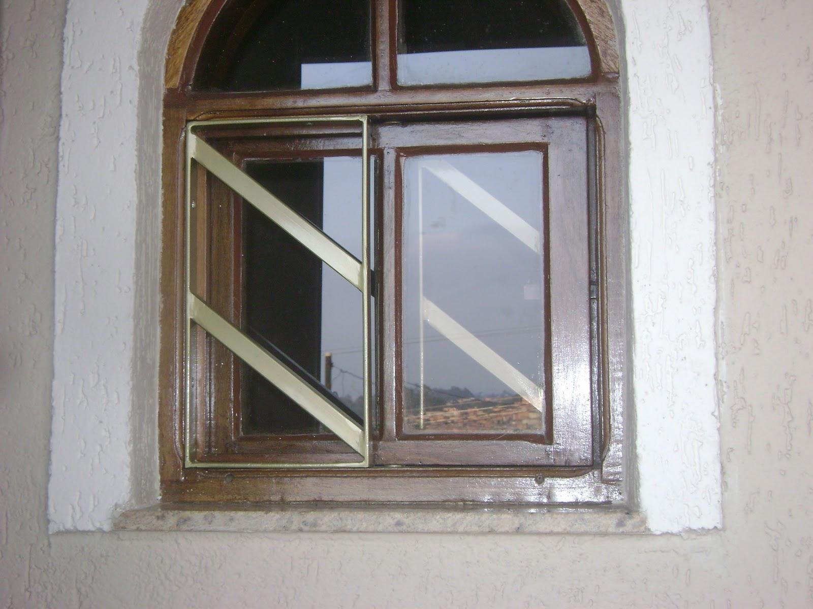 #5F4B3C Grade de proteçõa construída em ferro tubular entre vão janela de  566 Janelas Em Arco De Ferro