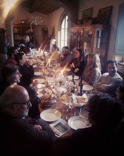 The long table of a Tuscan Christmas lunch in the Chianti