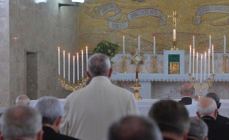 Bergoglio el hombre que no se arrodilla ante Dios.