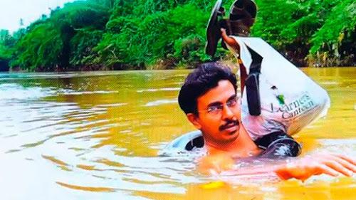 El mejor profesor del mundo, arriesga su vida día a día cruzando un rió nadando para dar Clases, Increible