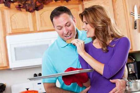 أمور يجب على الزوج مراعاتها في أيام الزواج الأولى - امرأة تأكل تطعم رجل - رجل يأكل من يد امرأة - woman feed a man
