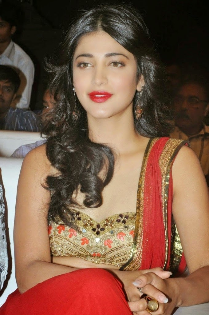 shruti hassan cleavage photo