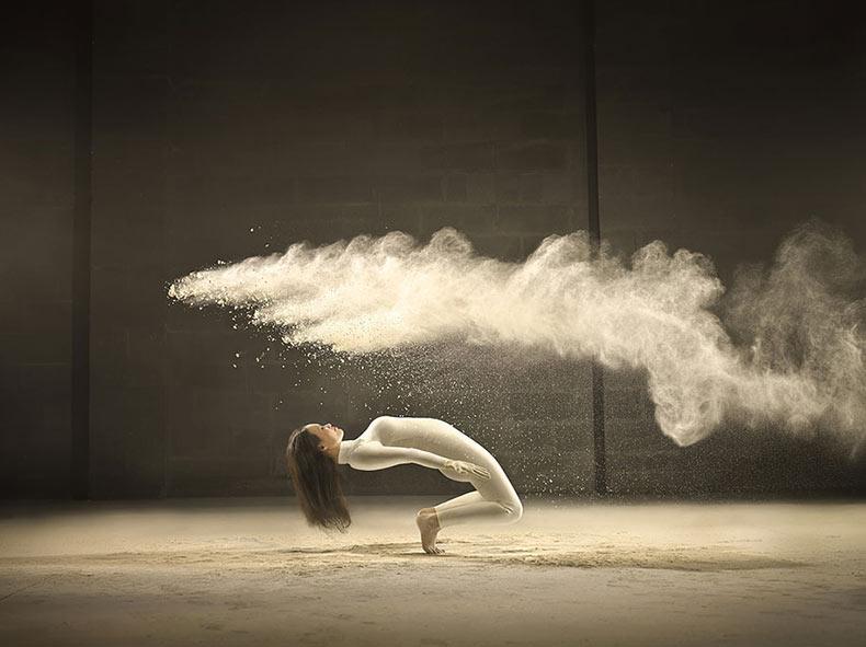 Retratos dinámicos de danzantes acrobáticos y explosiones de polvo congelado en el tiempo