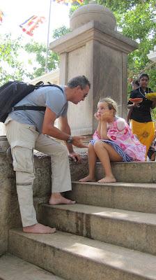 Yayo y Macarena en Anuradhapura (Sri Lanka)