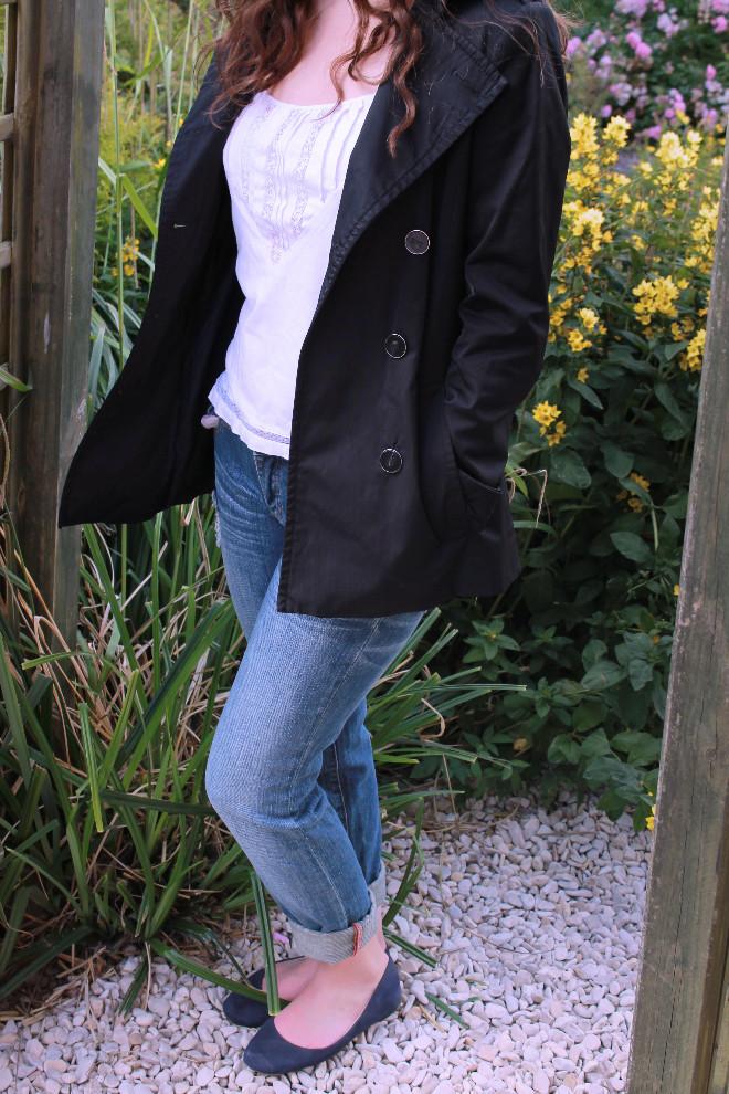 look-mode-manteau-noir-top-blanc-jean-craqué-ballerines-basique