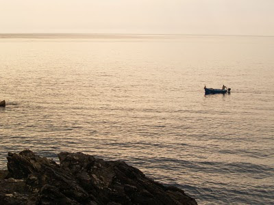 Manarola: barca vicino alla scogliera