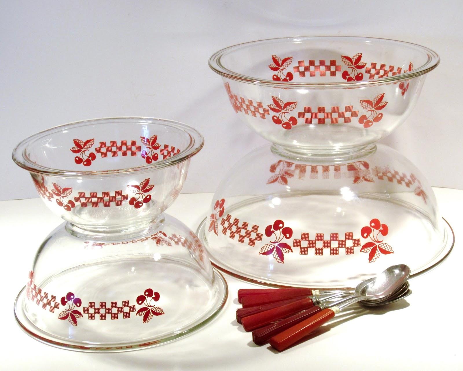 RunsWithScissors: Unusual Vintage Pyrex Mixing Bowls