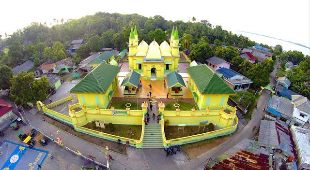 http://www.aca.web.id/2015/06/masjid-unik-terbuat-dari-telur.html