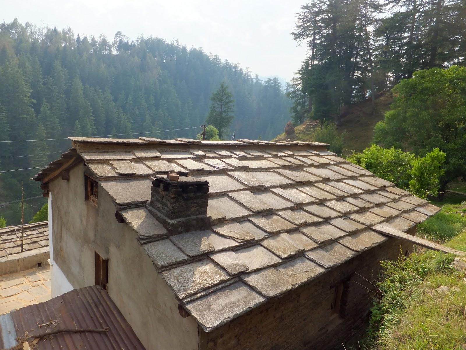 крыша дома в Индии покрытая камнем