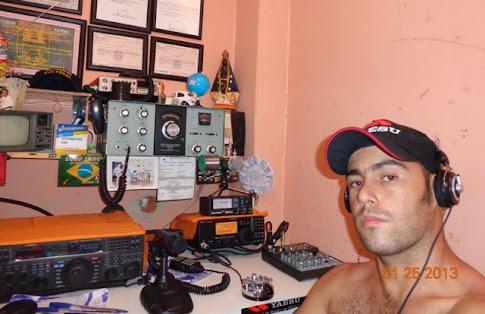 PU4MHS MATEUS em sua estação com o IC-718