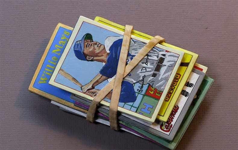 Pilas realistas de periódicos viejos, efectivo y cómics talladas en un pieza única de madera