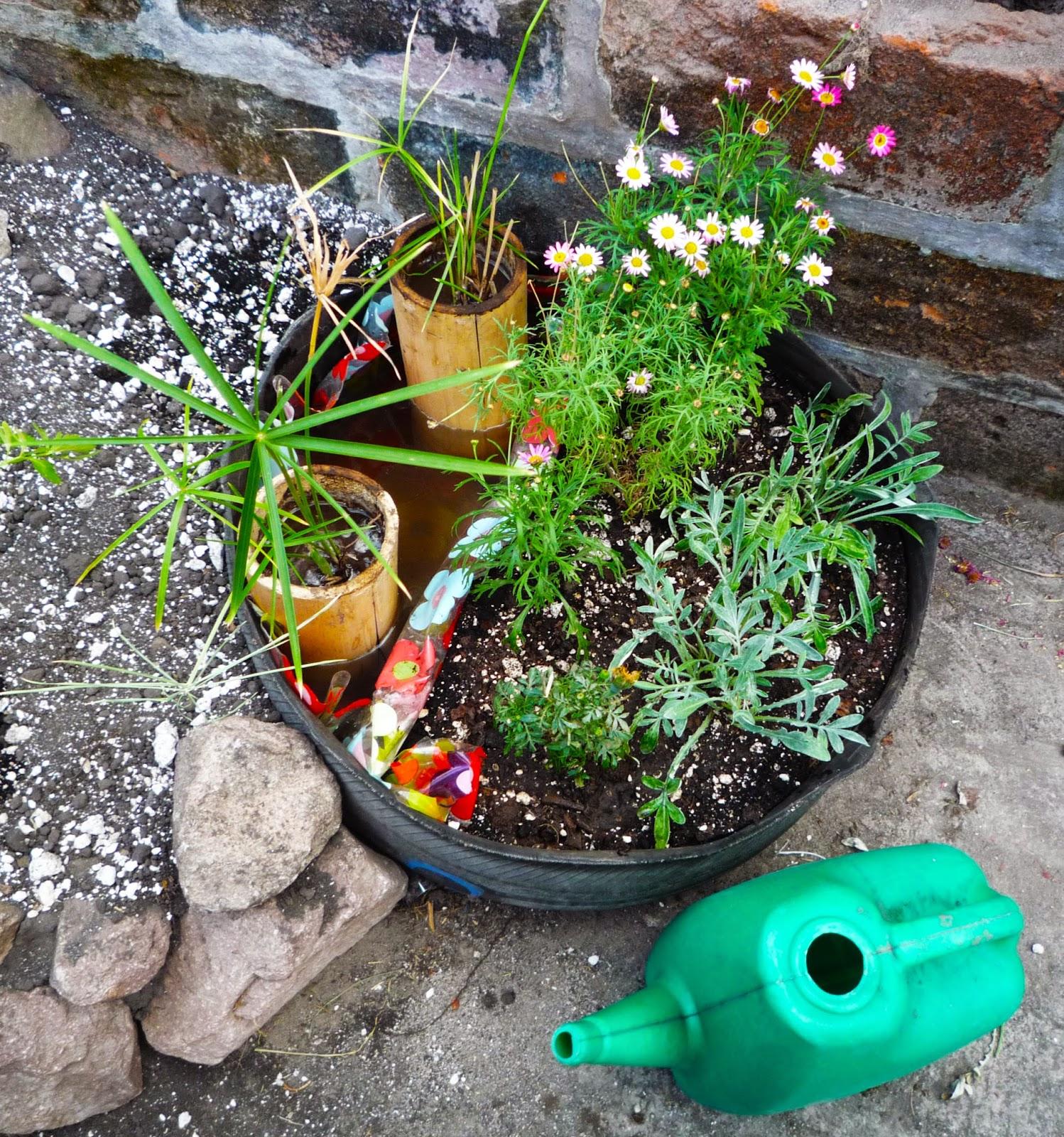 Jard n de piedra reciclaje botellas papel y bamb for Reciclaje para jardin