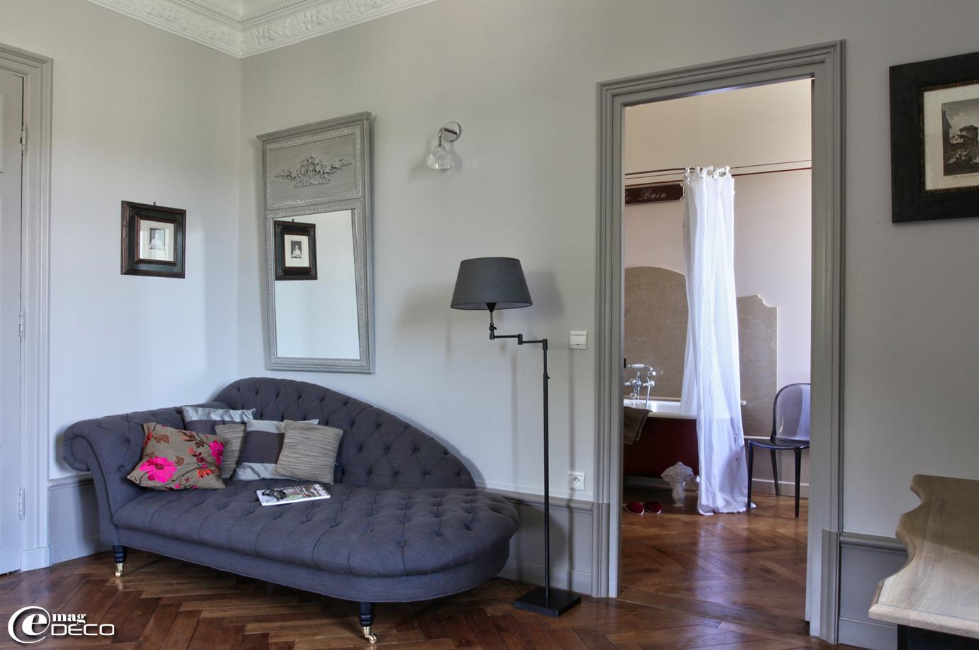 Dans un chambre d'hôtes du Château Clément, une méridienne 'Signature', un miroir trumeau 'Blanc d'Ivoire' et une lampe sur pied 'Casadisagne'