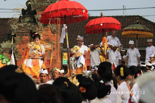 "bali image : Ritual ""Megayot"" diikuti 2 orang putra-putri dari Puri Kerambitan untuk mengiringi kedatangan Ida Pedanda Griya Pesaji, Dangin Carik, sebagai bagian dari prosesi Abhiseka Ida Anglurah Kerambitan XII"