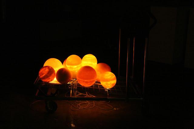 escultura de porcelana con iluminación sobre carro da compra
