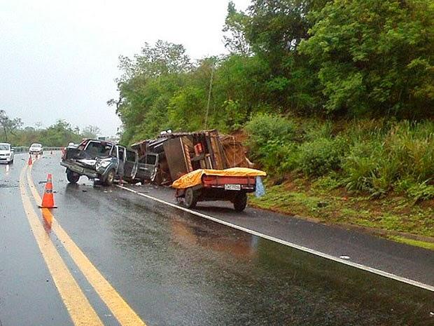 Acidente ocorreu próxima a uma curva da BR-116 (Foto: Marcelo Santos / Blog Marcos Frahm)