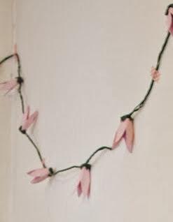 http://marivitrombeta.blogspot.com.es/2014/01/diy-guirnalda-de-flores-hecha-con.html