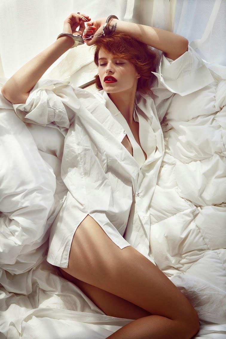 фото девушка в белой рубашке на кровати