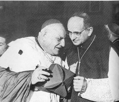 Desde el inicio de su pontificado, San Juan XXIII recurrió constantemente al consejo de monseñor Montini. En esta foto, tomada en Roma el 3-III-1958, siendo monseñor Roncalli Patriarca de Venecia, se puede apreciar la confianza que les unía