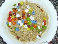 Cookies de lacasitos-añadiéndole los lacasitos
