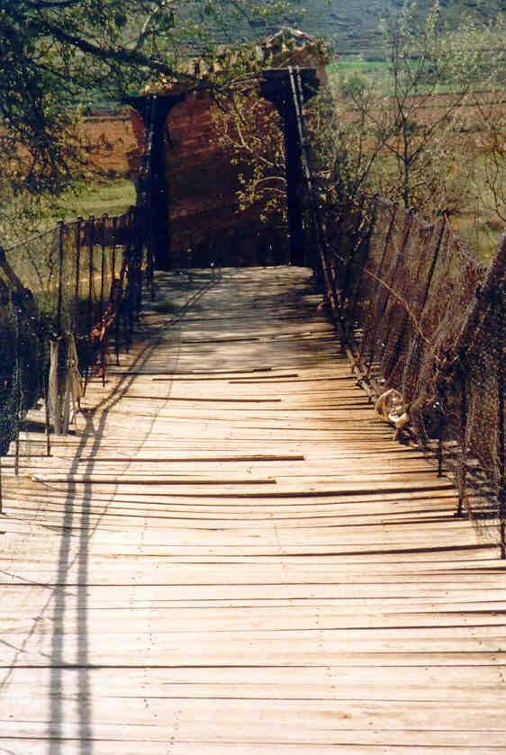 """El  Puente """"Colgao"""" en un estado todavia visible"""