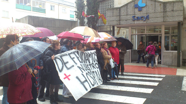 manifestantes a las puertas del hospital 26M2012