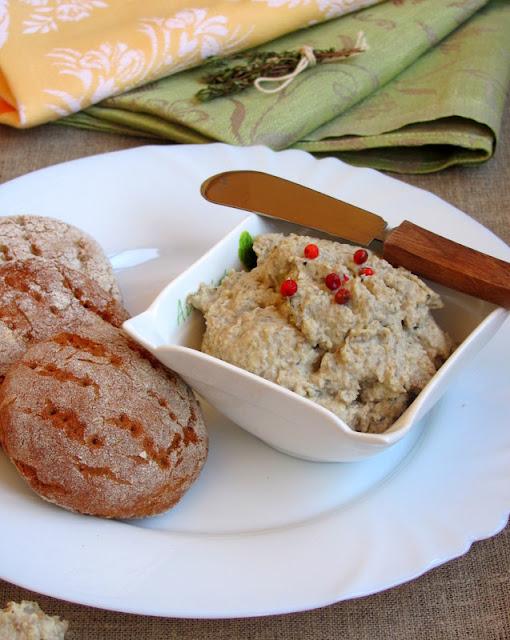 Финские кислые ржаные лепешки - Hapan ruisrieska и грибное пате.