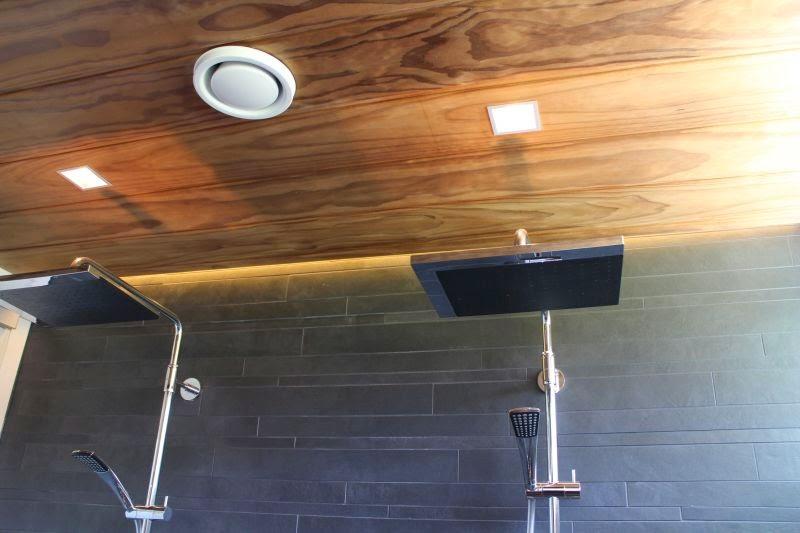 Luna-kivitalon kylpyhuoneen katto on myö radiata-mäntyä.