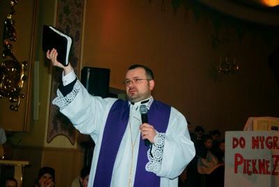 ksiądz egzorcysta Przemysław Sawa