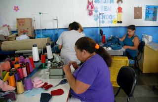 Além das roupas, as costureiras aprendem a fazer peças de artesanato, como tapetes, bolsas e bonecas