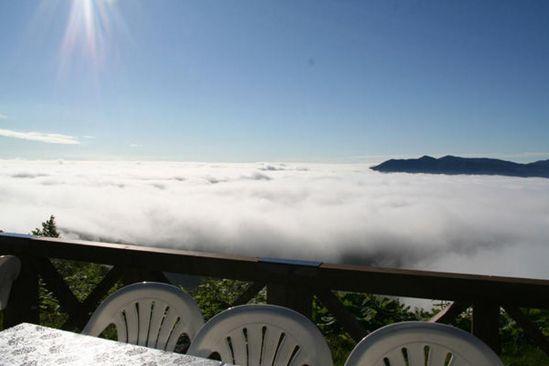 مكان لا يصدق فوق الغيوم مع إطلالة غاية في الروعة للبحر من أسفله ! Unkai-Terrace2.jpg