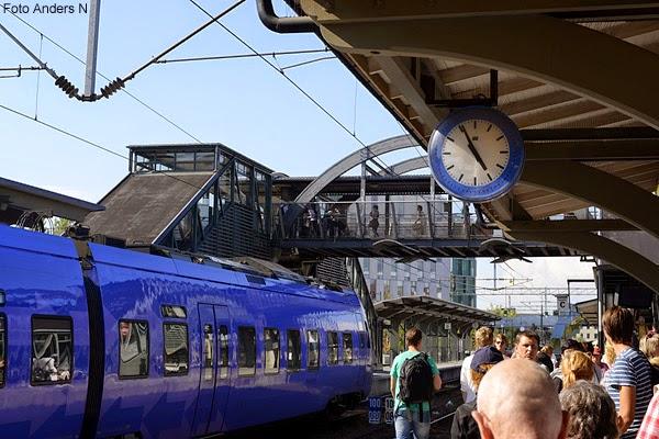 pågatåg, övergång, bro, gångbro, lunds central, lund, järnvägsstation, tågstation