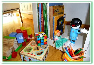 Livros, brinquedos didáticos em madeira, boneca Emília, mascote do Santos Futebol Clube, lápis de cor, cubo mágico.