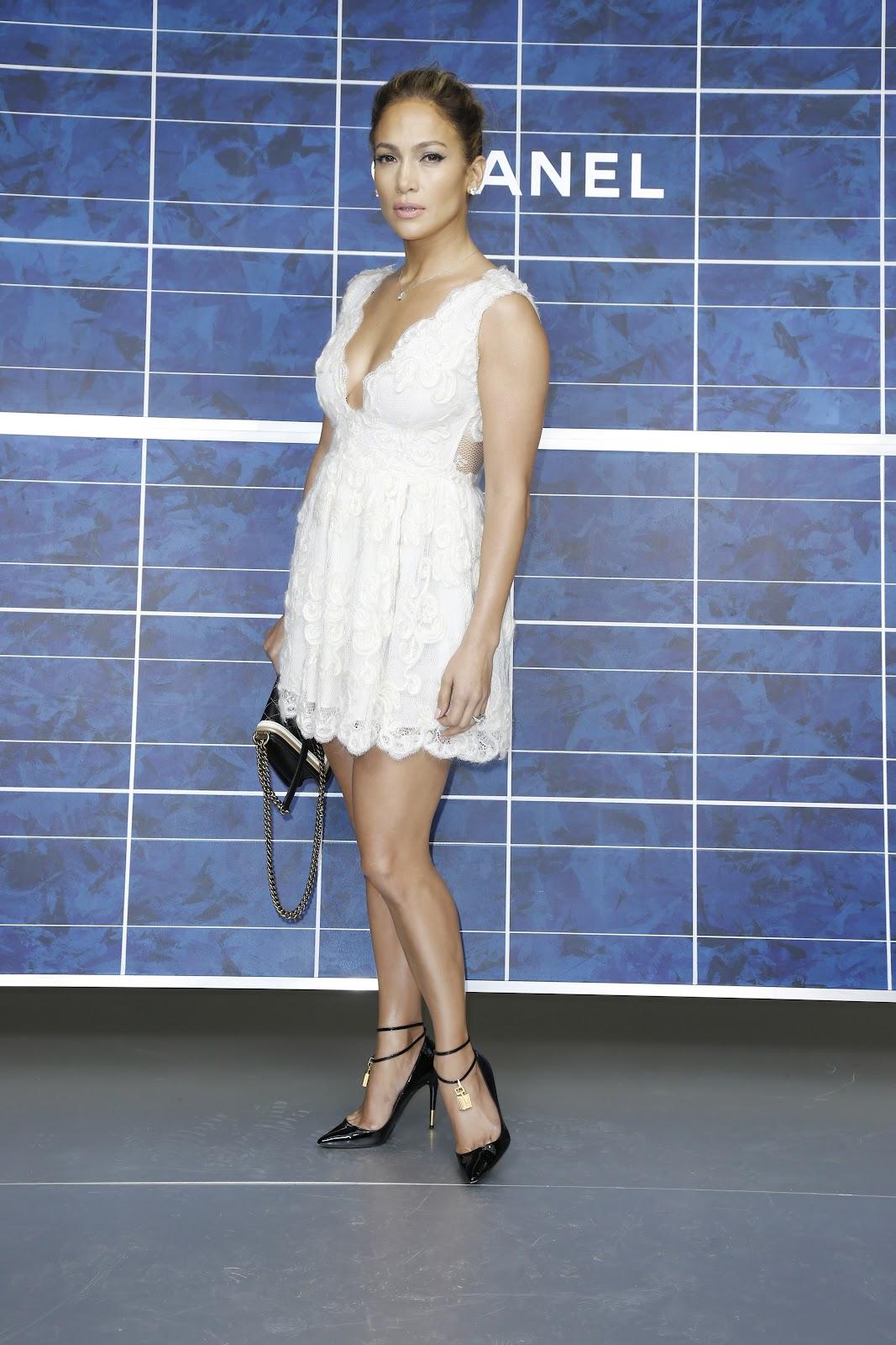 http://1.bp.blogspot.com/-MQ22v-HpIo0/UGrtRmElvVI/AAAAAAAAP6I/lx40bc_ZvKE/s1600/Jennifer+Lopez++October+2012+%27Chanel%27+Fashion+Show+-+08.jpg