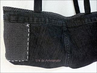 parte traseira da bolsa reciclada com jeans usado e o bolso feito com o mesmo tecido do forro da bolsa jeans.
