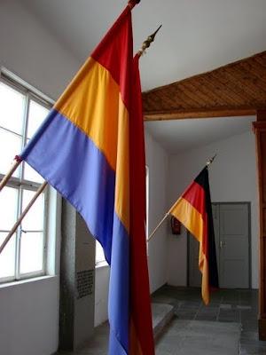 La represión del Estado y el fascismo responden a los mismos intereses Banderas+Republicanas+Mauthausen