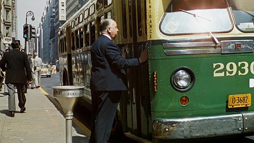 Alfred Hitchcock entrando em um ônibus em uma cena de um de seus filmes