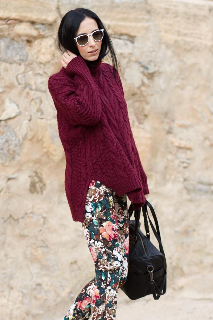 Outfit con combinacion de jersey de lana tricot con pantalones de neopreno de estampado floral bloguera de moda Valencia withorwithoutshoes