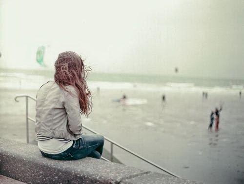 alone-girl-hair-lonely-sad-لماذا لا اجد من يحبني - فتاة وحيدة حزينة على البحر فى الحب تحب مجروحة مكسورة