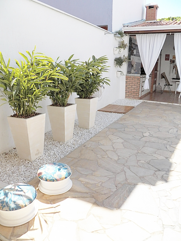 decoração de área externa em casa com piscina