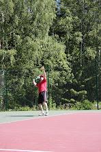 Tennistä Pirkkalassa tennisvalmentajan opastamana