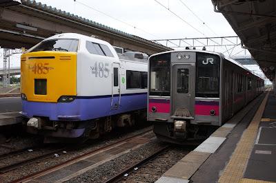 青森駅で並ぶ485系と701系