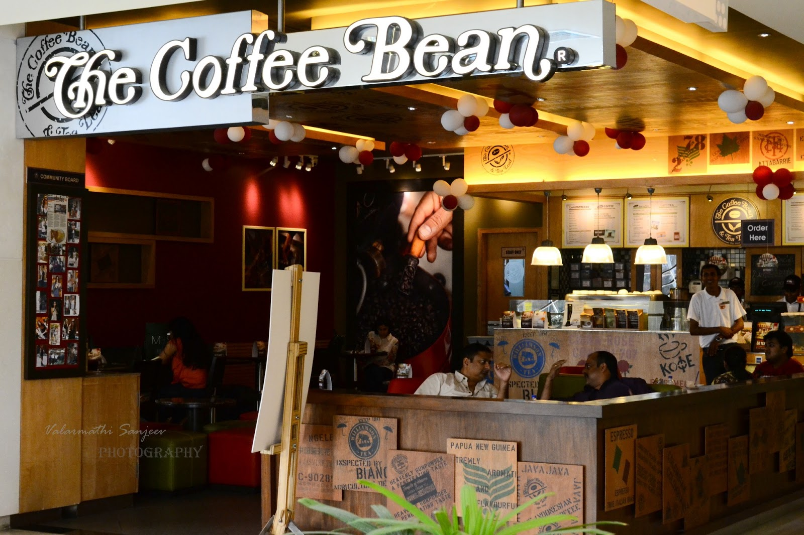 coffee bean tea leaf Make that coffee extra large: la chain coffee bean & tea leaf, which started with a single brentwood store in 1963, is now opening its 1,000th location.