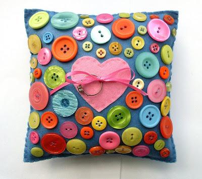 Button%2BLove%2BRing%2BPillow%2BB Alkotások gombokból, Tavaszra!