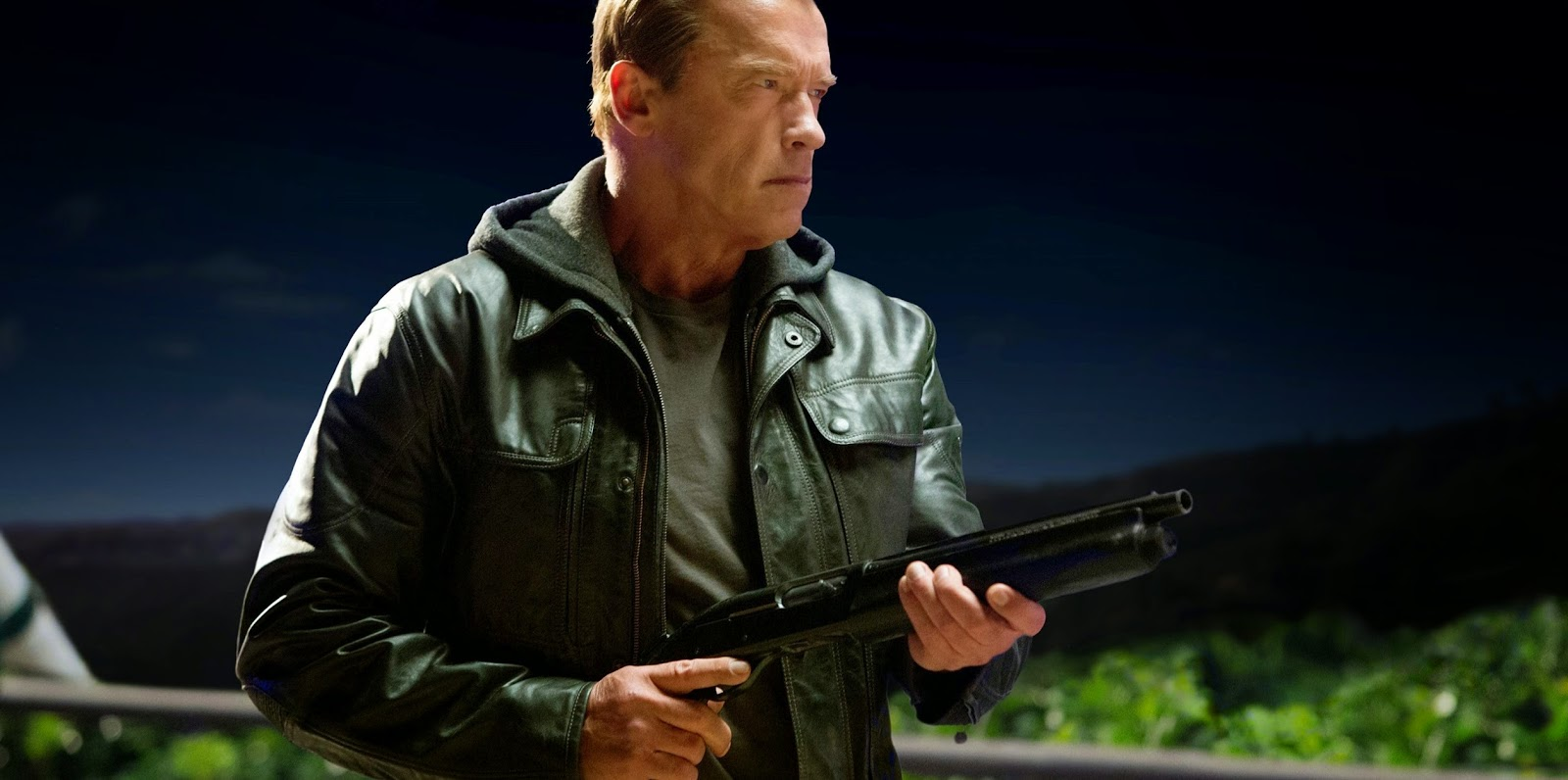 No comercial estendido de O Exterminador do Futuro: Gênesis, Schwarzenegger tenta salvar o mundo
